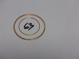 1 jonc enfant en or (diamètre 4cm) et 1 bracelet plat ouvragé en or (diamètre 6cm). PB 10,3g