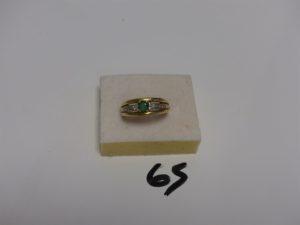 1 bague en or sertie 1 pierre verte épaulée de petits diamants (Td59). PB 4,5g