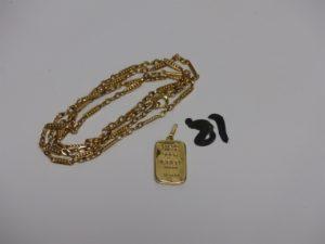 1 chaîne maille fantaisie en or (L64cm) et 1 pendentif en or en forme de lingot (1 peu cabossé). PB 11,2g