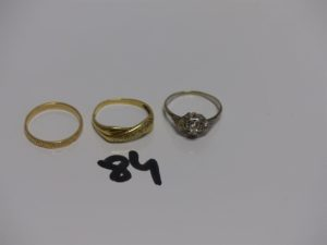 1 alliance ciselée en or (Td57) 1 bague en or ornée d'1 petit diamant entouré de petits diamants TL rose (Td58) 1 bague en or motif central croisé et orné de petits diamants (Td58). PB 7,8g