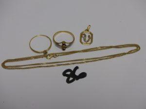 1 chaîne maille gourmette en or (L52cm) 1 pendentif en or orné d'1 petit diamant et 2 bagues en or : 1 abimée ornée de 2 petites pierres rouges (Td57) et 1 rehaussée d'1 petite pierre (Td60). PB 9,1g