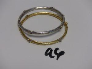 2 bracelets joncs ovales ouvrant et ciselés , ornés de petits motifs en croix (diamètre 5/6). PB 20,4g