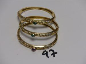 3 bracelets rigides en or , ouvrants et ornés d'une pierre centrale (diamètre 5/6cm). PB 48,6g