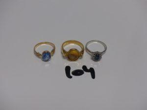 3 bagues en or (1 ornée d'une pierre Td 49, 1 ornée d'une pierre bleue Td48 et 1 ornée d'une pierre bleue entourée de petits diamants Td48). PB 8,4g