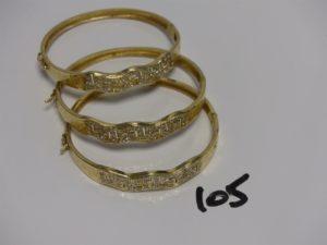 3 bracelets rigides ouvrant en or motif central orné de petites pierres (diamètre 6/7cm). PB 28,3g