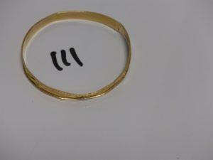 1 bracelet plat ouvragé en or (très abimé, fendu et diamètre 6,5cm). PB 8,7g