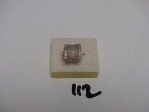 1 bague en or rehaussée d'un quartz rose entouré d'un rang de petits diamants (td53). PB 8g