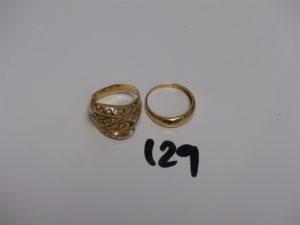 1 bague cassée et manque pierres et 1 bague demi-jonc. Le tout en or PB 6,8g.