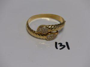 1 bracelet rigide ouvrant en or, motif central orné de petites pierres (diamètre 5/5,5cm). PB 29,7g