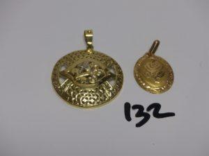 1 pendentif ouvragé motif central orné de petites pierres (diamètre 4cm) et 1 pendentif en or à décor d'une rose (diamètre 2,3cm). PB 9,2g
