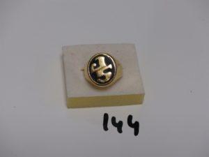 """1 chevalière en or serti d'un onyx gravé d'initiales en or """"SP"""" (td63). PB 19,1g"""