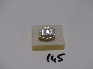 1 bague monture en or et platine ressort à l'intérieur, sertie d'un diamant central demi-taille avec inclusions d'environ 1,30 carats entouré de 2 rangs de 12 petits diamants tl baguette, 16 petits diamants ronds et 2 petits diamants triangulaires (td52). PB 29,3g