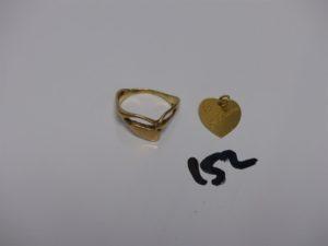 1 bague en or (monture fendue, td61) et 1 médaille gravée en or. PB 7,3g