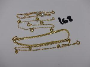 1 bracelet maille haricot (L18cm), 1 bracelet maille alternée orné de petits coeurs (L19cm), 1 bracelet gourmette à décor de coeurs (L18cm). Le tout en or PB 7,8g + 1 bracelet or et perle Casse 2,1g