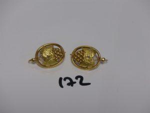 1 paire de boucles en or à décor d'une grappe de raisins. PB 5,5g