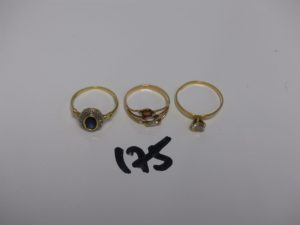 3 bagues en or (1 ornée d'une pierre bleue et 2 petits diamants td 54, 1 rehaussée d'une pierre blanche td57 et 1 ornée de 3 petites pierres td52). PB 5,1g