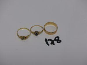 1 alliance gravée à l'intérieur (td55), 1 bague ornée de 3 petites pierres et 1 bague ornée d'une pierre bleue (td52). Le tout en or PB 5,9g