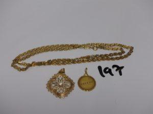 1 chaîne maille fantaisie en or (L55cm), 1 pendentif à décor floral orné d'une pierre et 1 pendentif gravé. Le tout en or PB 13,8g