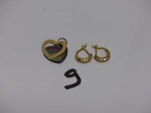 1 paire de boucles en or ornées de petites pierres et 1 pendentif à décor de coeurs (1 en or et 1 nacre dont la pointe est abimée). PB 4g