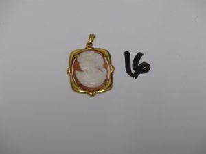 1 pendentif monture or serti-griffes un camée (H3cm). PB 5,3g