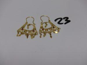 1 paire de créoles savoyardes en or, ornées de 2 petites pierres rouges chacune. PB 6,1g