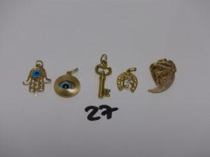 1 Lot de 5 pendentifs en or (2 ornés d'un oeil bleu, 1 clef, 1 fer à cheval et 1 avec griffe en corne abimée). PB 11,4g