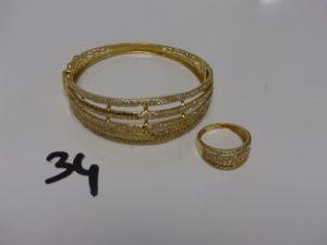 1 bracelet rigide ouvrant motif central orné de petites pierres (manque pierres et petit choc sur le motif, diamètre 5,5cm) et 1 bague ornée de petites pierres (1 chaton vide, td56). Le tout en or PB 23,4g