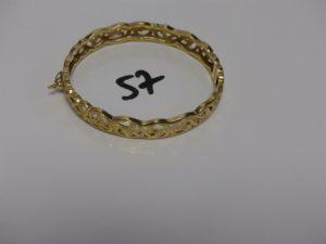 1 bracelet rigide ouvrant à décor floral en or (diamètre 5/6cm). PB 11,1g