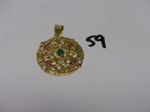 1 pendentif ouvragé en or orné de petites pierres vertes, roses et blanches (diamètre 4cm). PB 7,4g