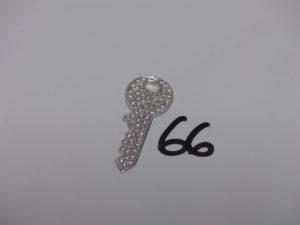 1 pendentif en forme de clef orné d'un pavage de petits diamants (L4,5cm). Or PB 15,4g