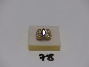 1 bague en or rehaussée d'une pierre violette épaulée de petites pierres blanches (td50). PB 8,6g