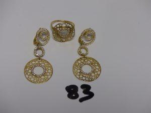 1 bague et 1 paire de pendants assortis Le tout en or et orné de petites pierres (manque quelques pierres sur les boucles). PB 13,4g