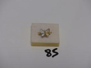 1 bague en or motif central en forme de papillon dont les ailes sont ornées de petites pierres (td54). PB 3,2g