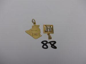 2 pendentifs en or (1 carte de l'Algérie et 1 la Mecque). PB 6,5g