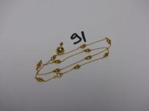 1 collier en or à décor de motifs style grain de café (un peu cabossé, L46cm) et 1 boucle boule en or cabossée. PB 4,3g