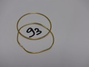 2 bracelets joncs en or (1 à redresser, diamètre 6,5cm). PB 18,9g