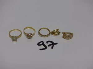 3 bagues (Td50/53/54) et 2 boucles dépareillées. Le tout en or et orné de petites pierres. PB 10,2g