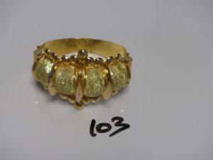 1 bracelet godron ouvragé en or poli et granité (diamètre 5,5/6cm fermoir à vis). PB 38,8g