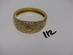 1 bracelet large en or motif central ajouré et orné de petites pierres (ouvrant avec sécurité, diamètre 6/6,5cm). PB 40,3g