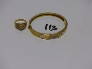1 bracelet rigide ouvrant en or motif central orné de petites pierres (diamètre 5,5/6cm) et 1 bague en or ornée de petites pierres (Td61). PB 21,4g