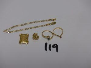1 bracelet maille alternée en or (L19cm) 2 pendentifs en or (1 coran belière cassée et 1 gant de boxe) 2 bagues en or : 1 ornée d'1 petite pierre rouge (Td49) 1 ornée d'1 pierre bleue et 2 petits diamants (Td52). PB 7,5g
