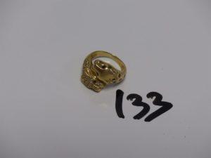 1 bague en or à décor de têtes de panthères ornées d'1 pavage de petits diamants et de petites pierres bleues (Td 50). PB 8,7g