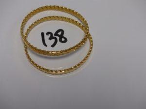 2 bracelets rigides ciselés en or 22K (diamètre 6cm). PB49,7g