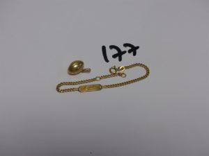 1 pendentif ballon de rugby et 1 bracelet maille gourmette gravé (L16,5cm). Le tout en or. PB 4,3g