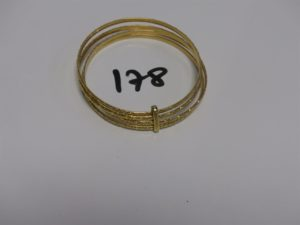 1 bracelet à 4 brins avec barette en or (diamètre 6,5cm). PB 38,9g