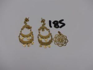 1 paire de pendants en or et 1 pendentif à décor floral en or. PB 6,3g