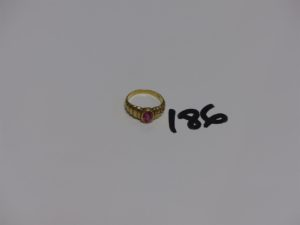 1 bague en or ornée d'1 petite pierre rose (Td51). PB 3,5g