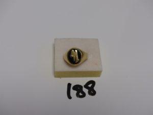 """1 chevalière en or sertie un onyx orné de la lettre """"M"""" cassée (Td62). PB 14,9g"""