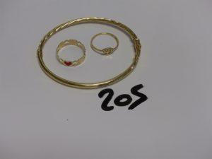 1 bracelet articulé en or ouvrant (diamètre 5,5/6,5cm) et 2 bagues en or : 1 ornée de 2 petites pierres (Td53) 1 monture à décor de coeurs (Td54). PB 6,7g