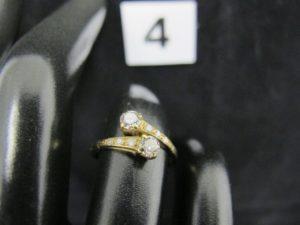 """1 bague """"toi et moi"""" en or jaune sertie de 2 diamants et de petits diamants (TD 51). PB 1,7g"""